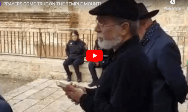 Historic: Jewish Prayer Ceremony on Temple Mount as Police Look the Other Way [Watch]
